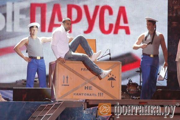 Ведущий Иван Ургант появился на сцене экзотическим способом