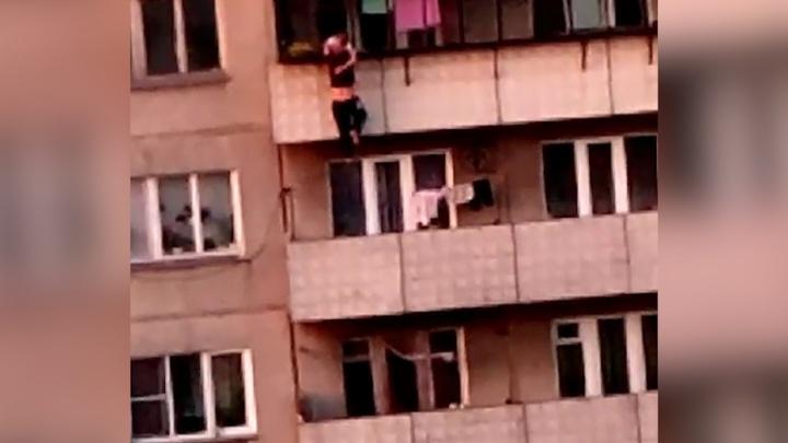 «Человека-паука» на шестом этаже челябинского дома сняли на видео