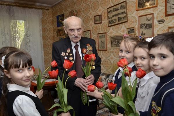 Ветерана Великой Отечественной войны Павел Ладыченко и ученики школы №90