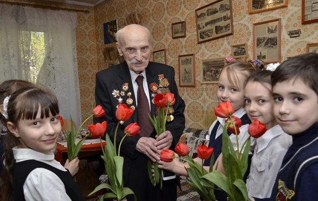 Юные ростовские волонтеры в преддверии Дня Победы навестили ветерана ВОВ и труженика тыла