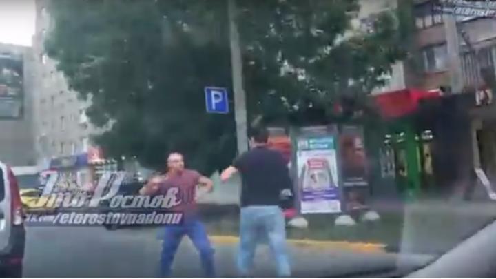 В Ростове два водителя  устроили драку на дороге