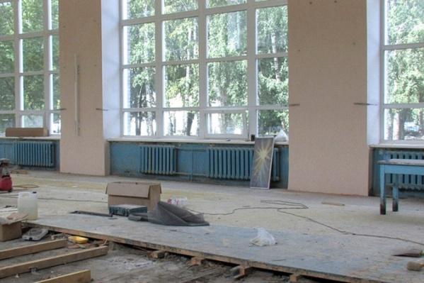Мужчина помогал делать ремонт в школе, где учится его дочь