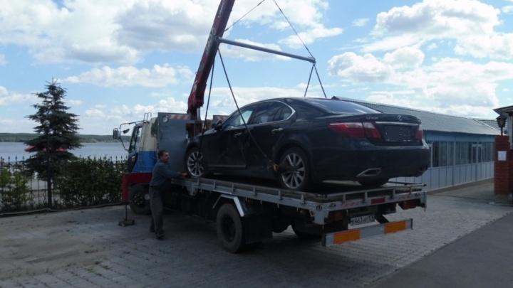 В ресторане на берегу Шершней приставы арестовали мебель и чёрный Lexus