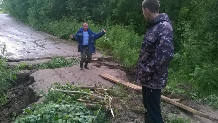 Лужи по капот: в Вельском районе взяли под контроль размытые дождем дороги