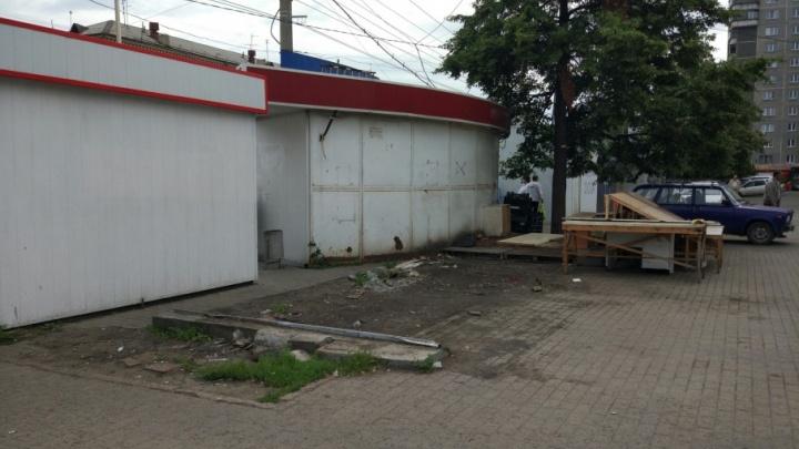 «Вход в храм очистили от шаурмы»: в Челябинске снесли 25 киосков с едой и прессой