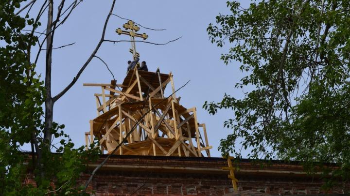 У возрождающегося в Приморском районе храма появился новый купол и крест