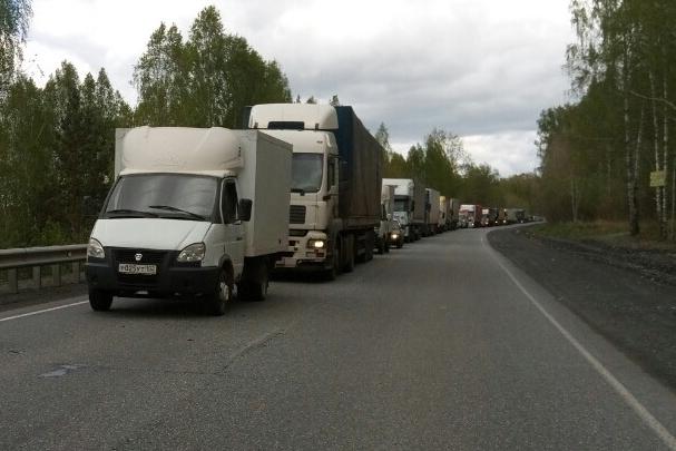 Трасса М-5 в Челябинской области встала в пробке из-за разбора зимней аварии