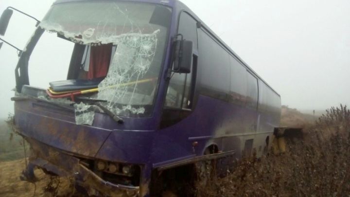 Автобус из Ростова вылетел в кювет и перевернулся в Астраханской области: трое пострадали
