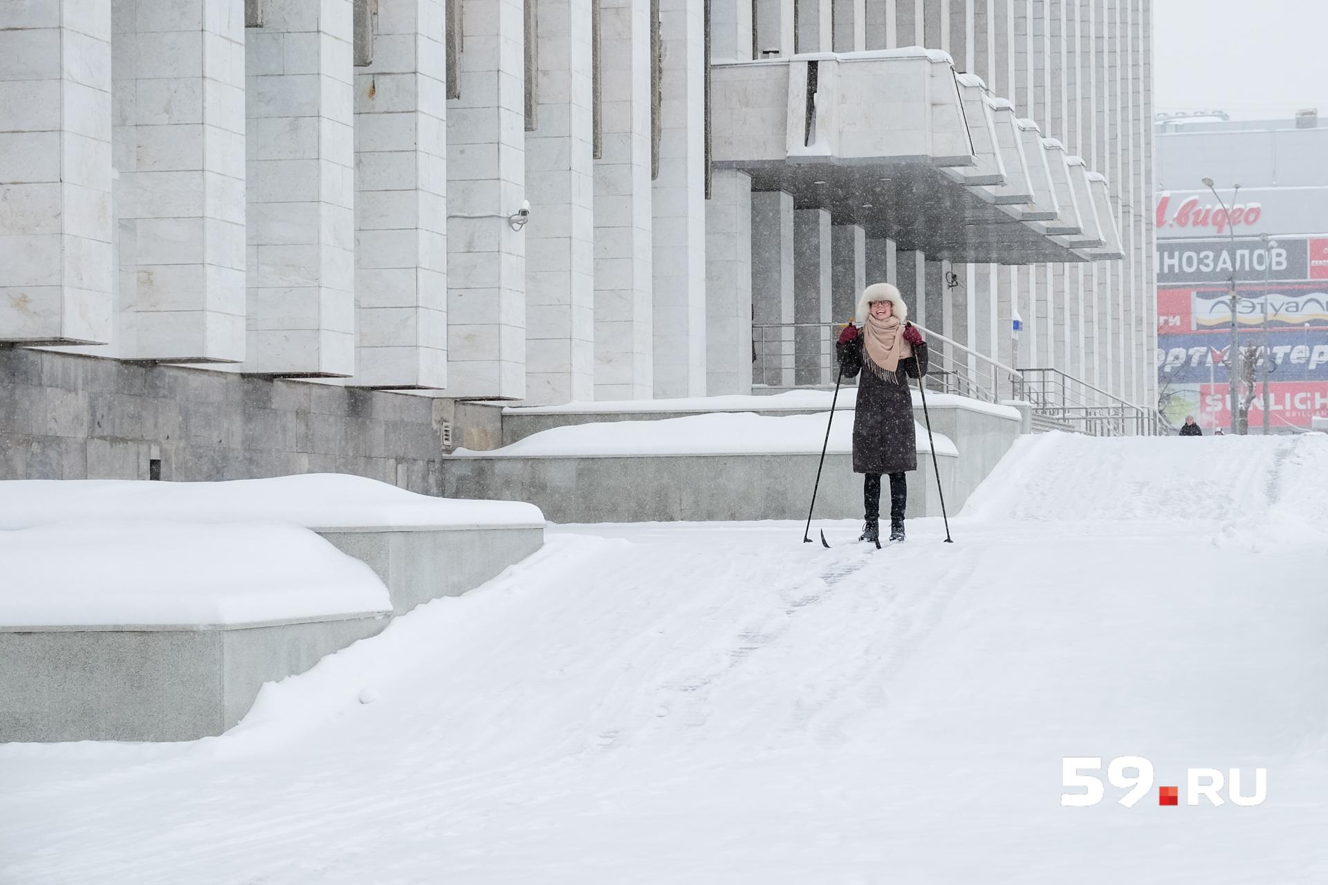Без смеха кататься на лыжах по центру Перми невозможно