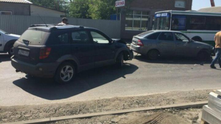 На Доватора столкнулись иномарка и «Лада-Приора»: образовалась трехчасовая пробка