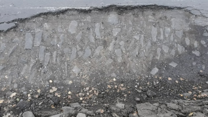 В Октябрьском районе Ростова провалилась дорога