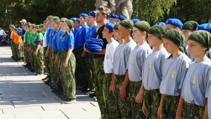 В Волгограде 90 курсантов надели васильковые береты Президентского полка