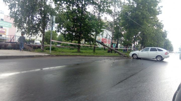 В Ярославле «Приора» снесла столб электропередач