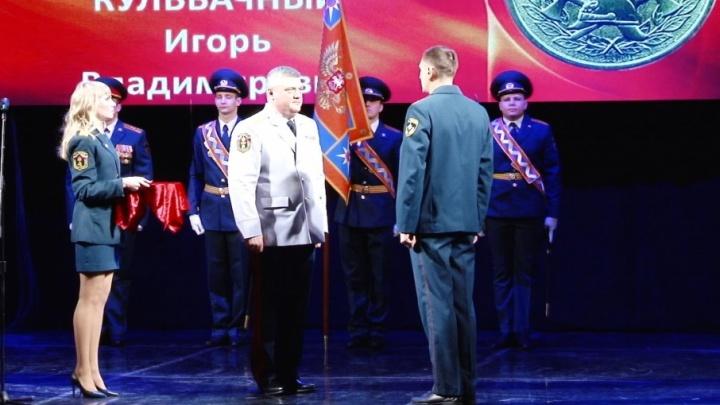«Самая дорогая награда»: сотрудникам МЧС вручили медали «За отвагу на пожаре»