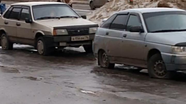В Рыбинске массово порезали машины на парковке: версии преступления