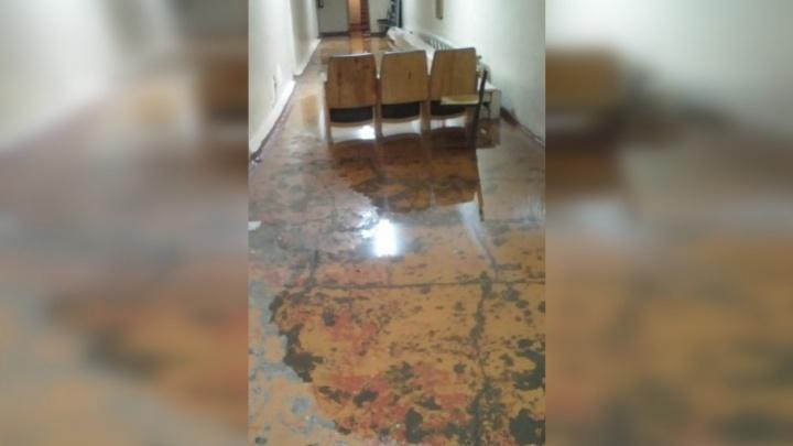 В Самаре школу затопило из-за прорыва трубы