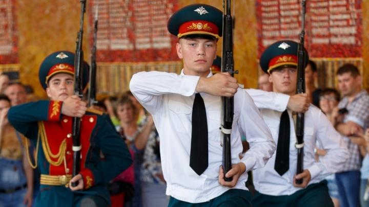Элитное подразделение Волгограда полвека чеканит шаг на Мамаевом кургане