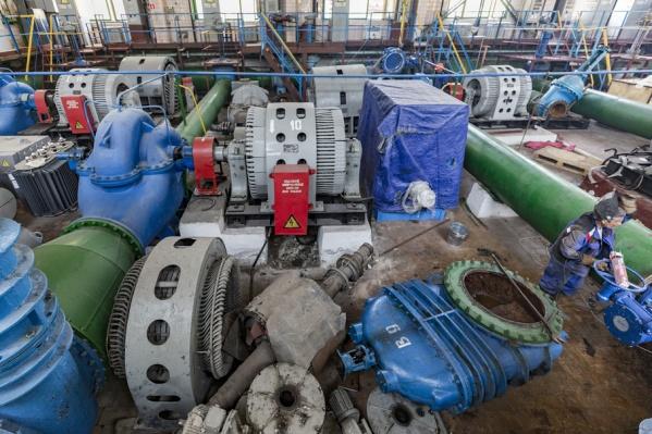 На водоочистных сооружениях устанавливаются огромные трубы и задвижки
