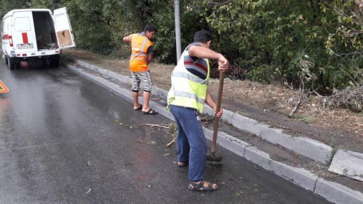 Коммунальщики после дождя помыли улицы и почистили ливневки