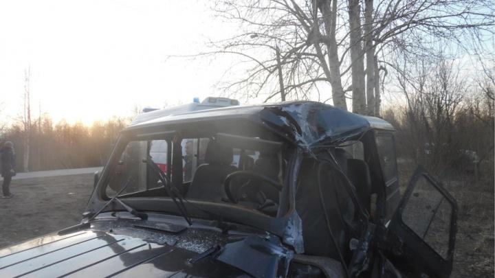 В Исакогорском округе водитель УАЗа не справился с управлением и влетел в столб