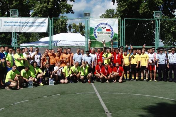 В турнире приняли участие 16 команд