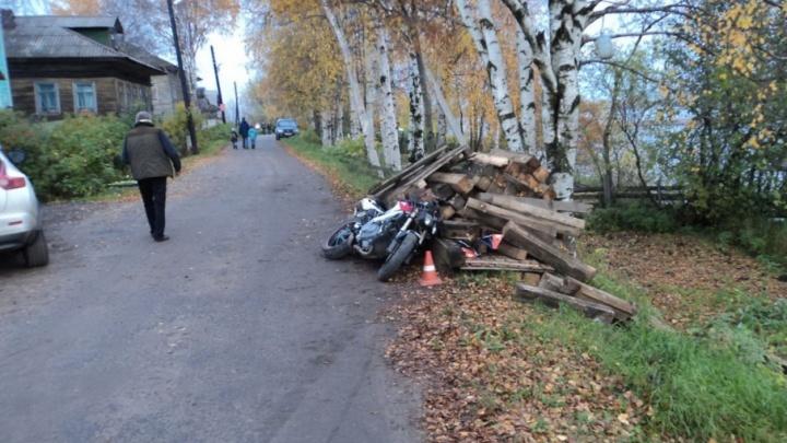 В Архангельске пьяный мотоциклист устроил ДТП с бревнами