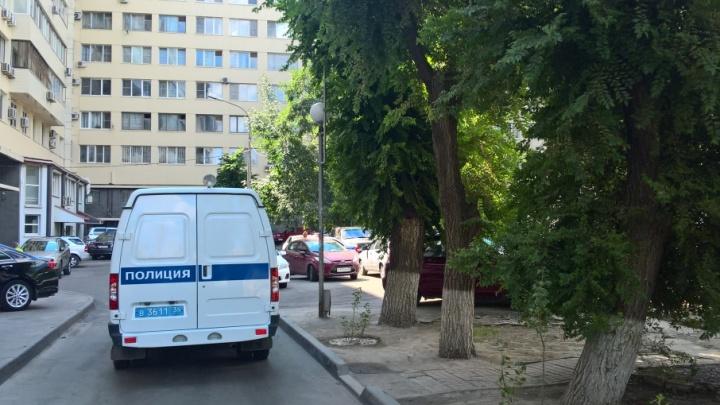 Выходившую из подъезда в центре Волгограда пенсионерку сбила иномарка