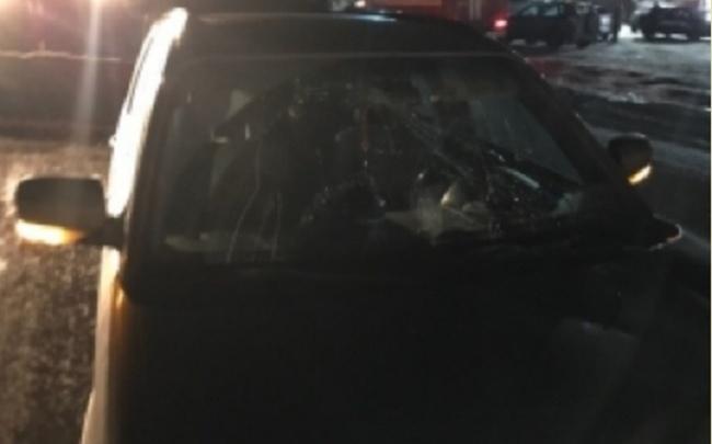 Водитель на «Субару-Форестер» прокатил женщину по лобовому стеклу