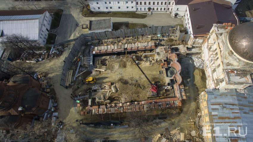 На площадке работала строительная техника.