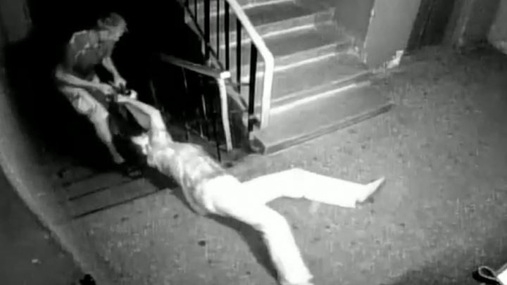 Протащил старушку по лестнице ради сумки с деньгами: в Тольятти ищут беспринципного грабителя