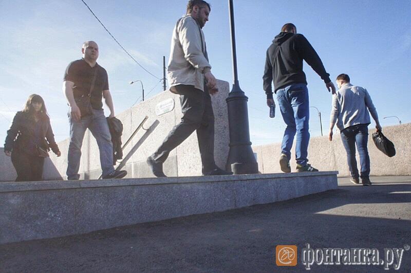 Асфальт у входа с наб. Макарова со стороны Стрелки