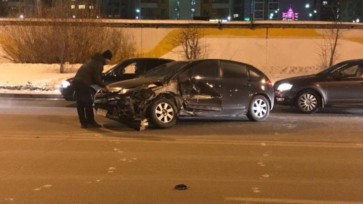 Все живы, у одного  — травмы: на Газовиков водитель SKODA решил повернуть без очереди