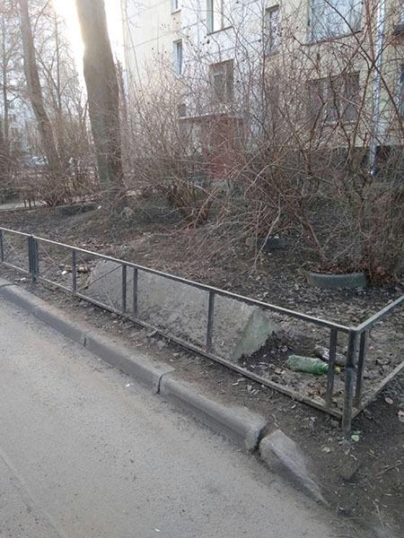 Кусок бетона на газоне, улица Костюшко, д.22