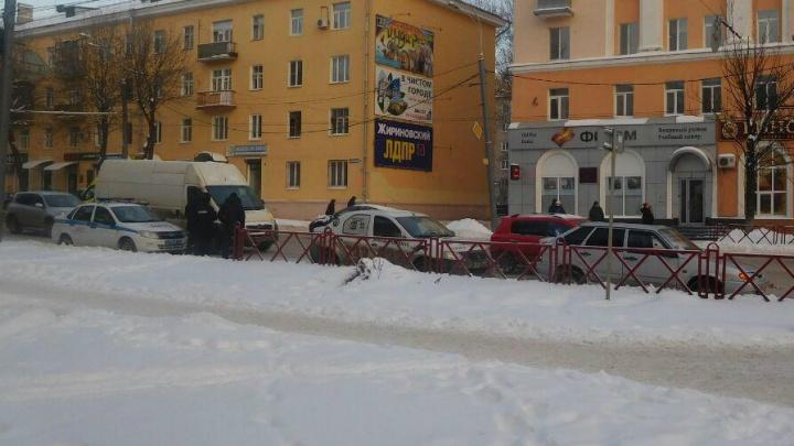 В центре Ярославля такси «Тройка» врезалось в легковушку: проспект встал в пробку