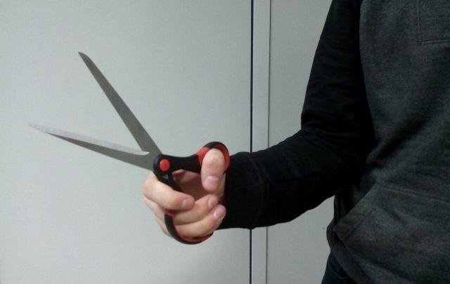 Во Фрунзенском районе преступник напал с ножницами на прохожего