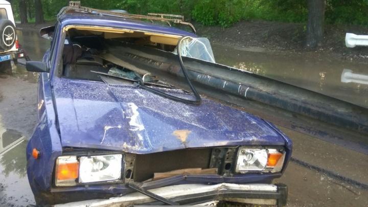 Водитель чудом остался жив: в Перми дорожный отбойник пробил машину насквозь