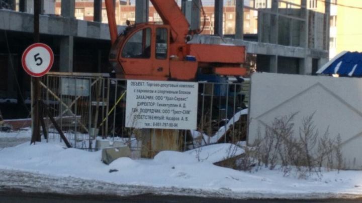 «Невыносимо терпеть»: стройка торгового комплекса будит челябинцев по ночам