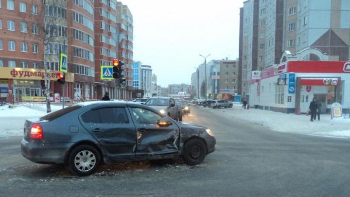 В Архангельске «Фольксваген-Туарег» столкнулся со «Шкодой»