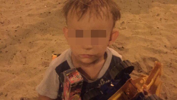 Родители найденного в песочнице мальчика стали искать его только через 12 часов