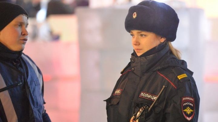 Крутим пьяных и выписываем штрафы: новогодняя ночь с нарядом полиции в ледовом городке