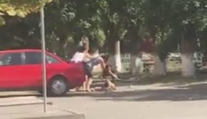 Девушки подрались возле центрального рынка в Азове