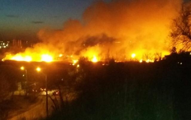 В Волгограде в русле Мечетки снова горит камыш