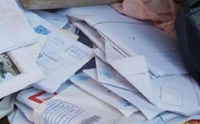 Ростовчанин нашел по дороге на помойку кучу писем и бандеролей