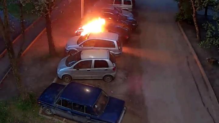 Облили бензином и бросили спичку: появилось видео, как в Брагино подожгли несколько машин