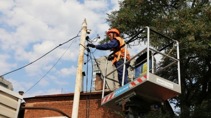 Электрики восстановили подачу света в уцелевшие при пожаре дома в центре Ростова