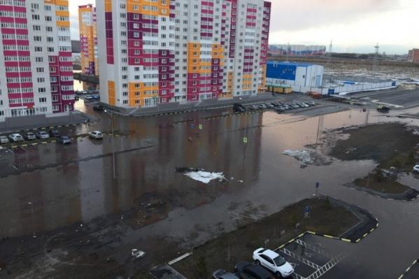 Местные жители жалуются, что из-за затопленной дороги общественный транспорт перестал доезжать до конечной остановки