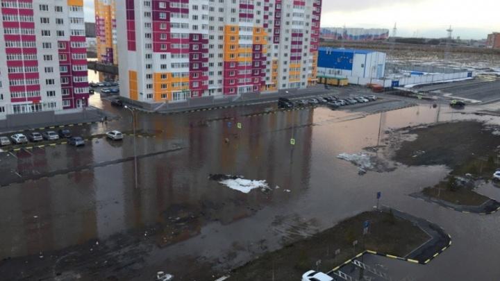 Потоп в ЖК «Комарово»: талая вода затекает в автобусы и глушит машины