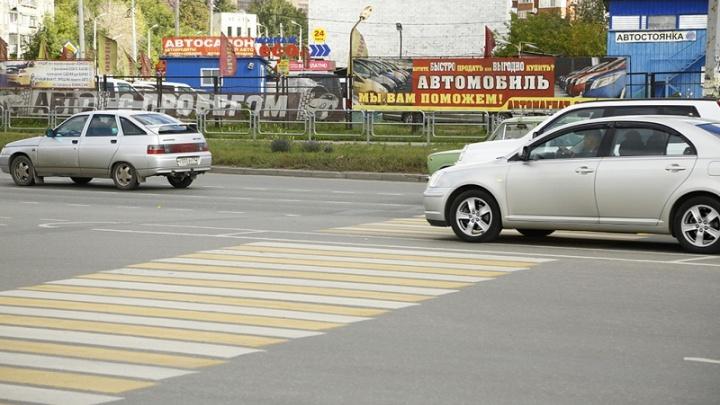 Водитель без прав сбил пожилую челябинку на переходе и уехал с места аварии