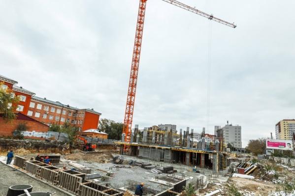 На площадке уже начались строительные работы