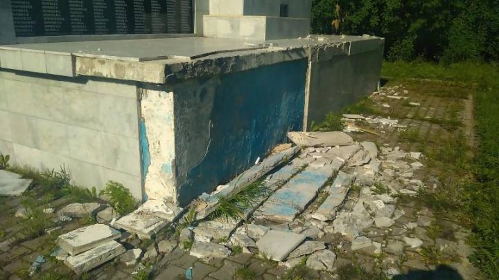 Малолетние хулиганы напали на памятник жертвам ВОВ в Цигломени